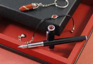 Amulet dla Skorpiona | Pióro wieczne z czerwonym jaspisem